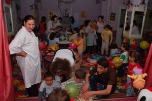 photo découverte de matériel par les enfants